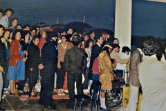 Una multitud espera al Papa en el Aeropuerto de Carrasco