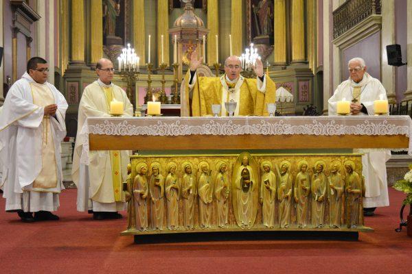 El Cardenal durante la consagración las ofrendas, con el nuevo sacerdote fray Mario / Fuente: Clara Planenelles - Arquidiócesis de Montevideo