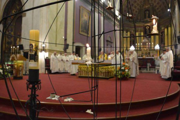 Un mundo iluminado con velas frente al altar de la Catedral/C.Planelles