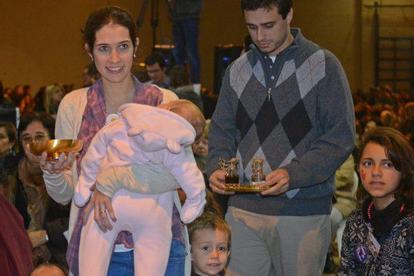 Una familia entrega las ofrendas en la Misa de San Felipe y Santiago / Fuente: Arquidiócesis  de Montevideo