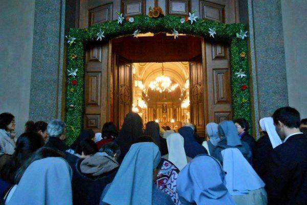 Los consagrados pasaron por la puerta santa /C. Bellocq