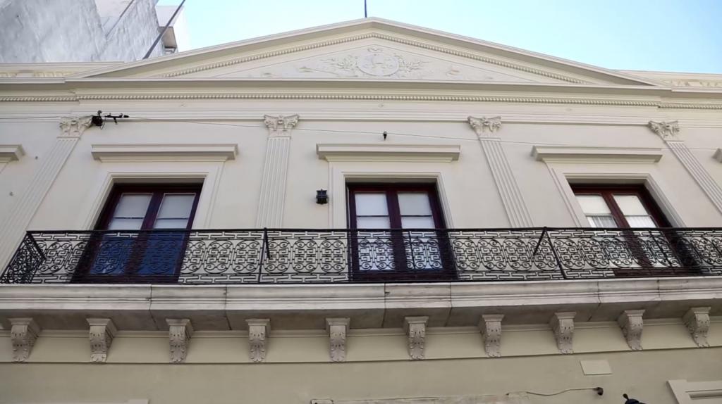 El DECOS está en el edificio del Club Católico.