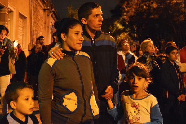 Una familia en el Via Crucis del Viernes Santo en el Cerro /C. Planelles
