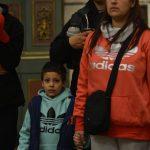 Familia durante la Misa / Fuente: Clara Planelles - Arquidiócesis de Montevideo