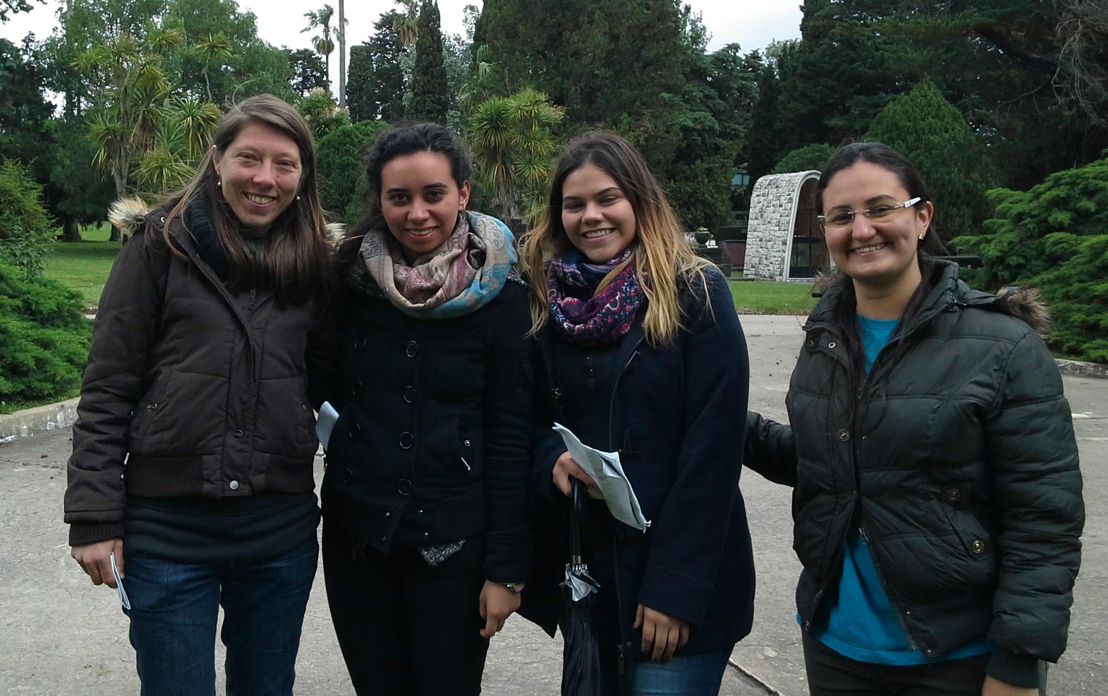 Matilde Collier, Regina Maggia, Roxana Trigo y Nayara Linhares en el cementerio del Norte