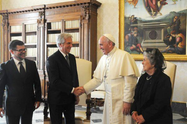 Álvaro Vázquez, el presidente Tabaré Vázquez, el Papa Francisco y la primera dama María Auxiliadora Delgado/ Presidencia