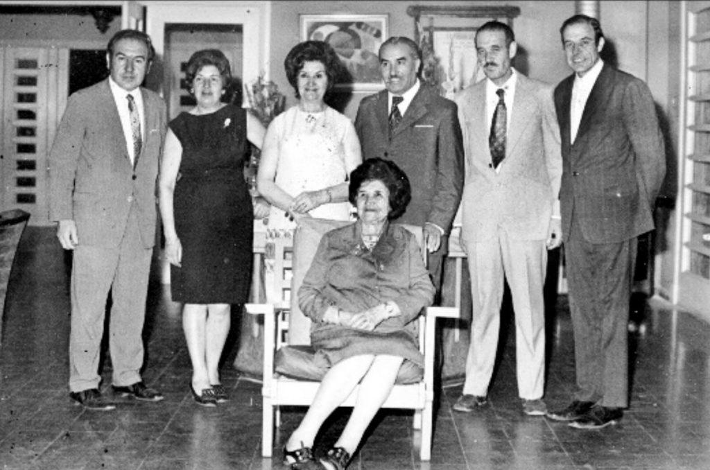 """María Candelaria Alonso celebra los 80 años en familia en 1972. Sus hijos de izquierda a derecha: Julio, Polola, María Elvina, Albérico, Luis y """"El Chiquito"""", como le decían a Cacho en la familia /Gentileza M. Clara"""