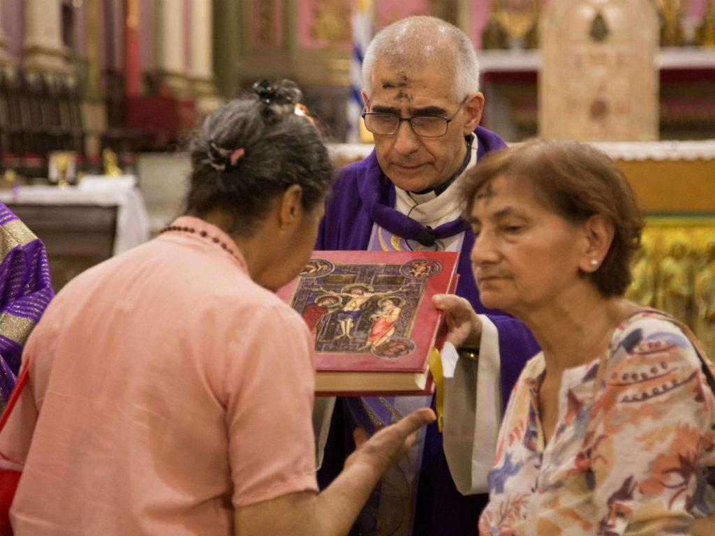 Después de la imposición de cenizas, los presentes veneraron el Evangelio /F. Gutiérrez