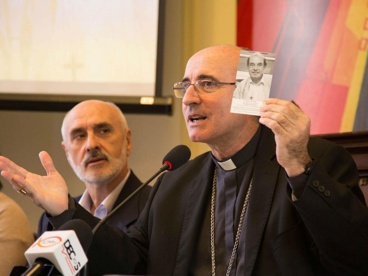 Cardenal Sturla con la estampa del Padre Cacho /F. Gutiérrez