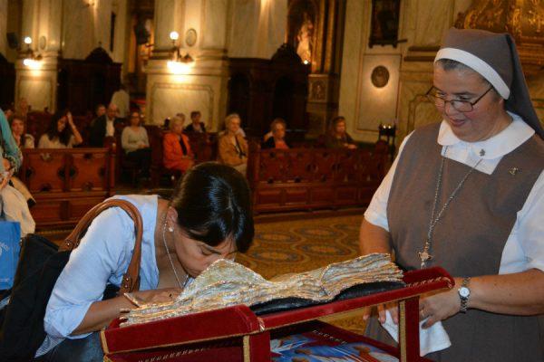 Una señora venera la sangre de San Juan Pablo II