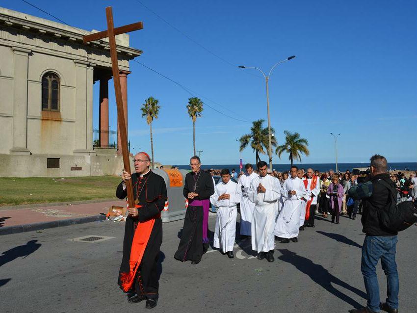 El Card. Sturla y Mons. Pollesel se turnaban para cargar la cruz. Los fieles iban detrás /C. Bellocq