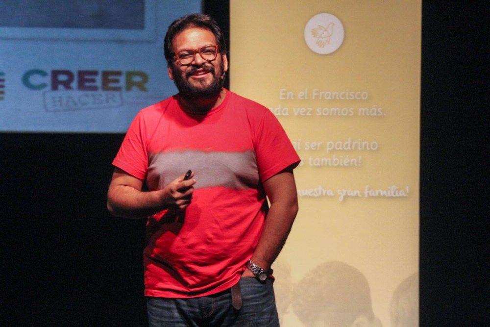 Daniel Cerezo durante la charla en Teatro Movie / Fuente: Cáritas Uruguaya