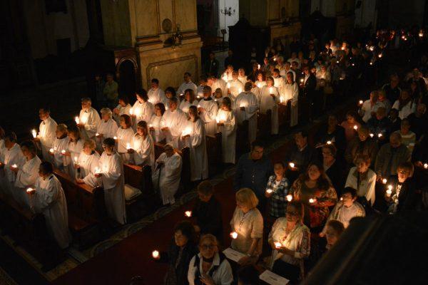 La catedral se iluminó con las velas de cada uno y luego se prendieron las luces /C. Bellocq