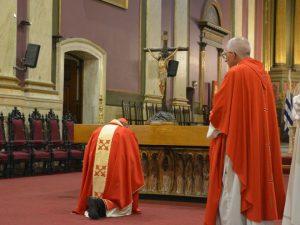El Card. Sturla en adoración de la cruz /C. Bellocq