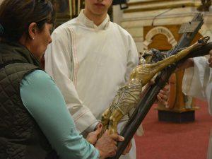 Los fieles se acercaron a adorar la cruz /C. Bellocq