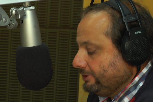 El Padre Fabián Rovere en los micrófonos de  Radio Oriental / Fuente: Decos Montevideo