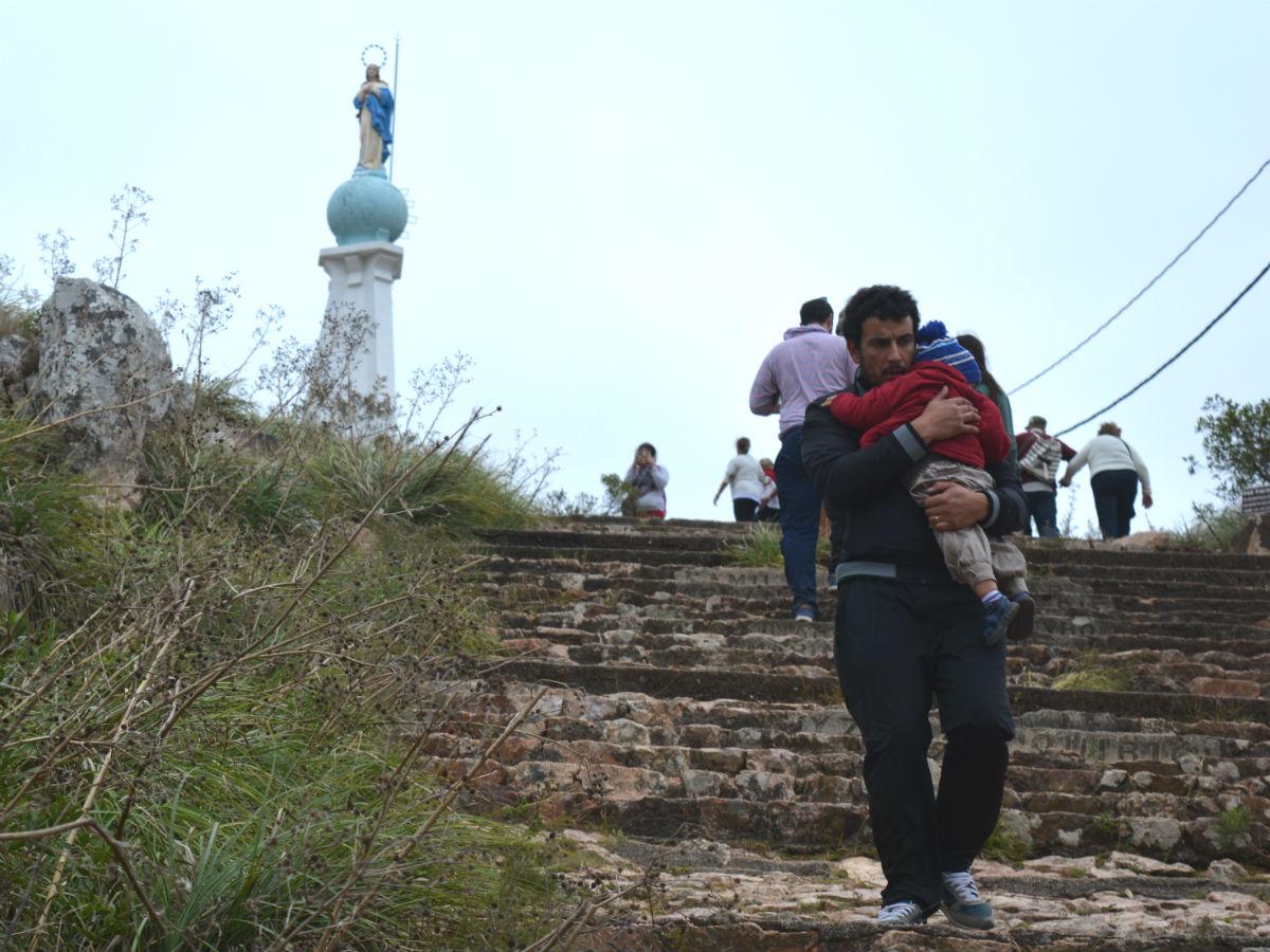 Muchos padres llevaron a sus hijos en brazos /C. Bellocq