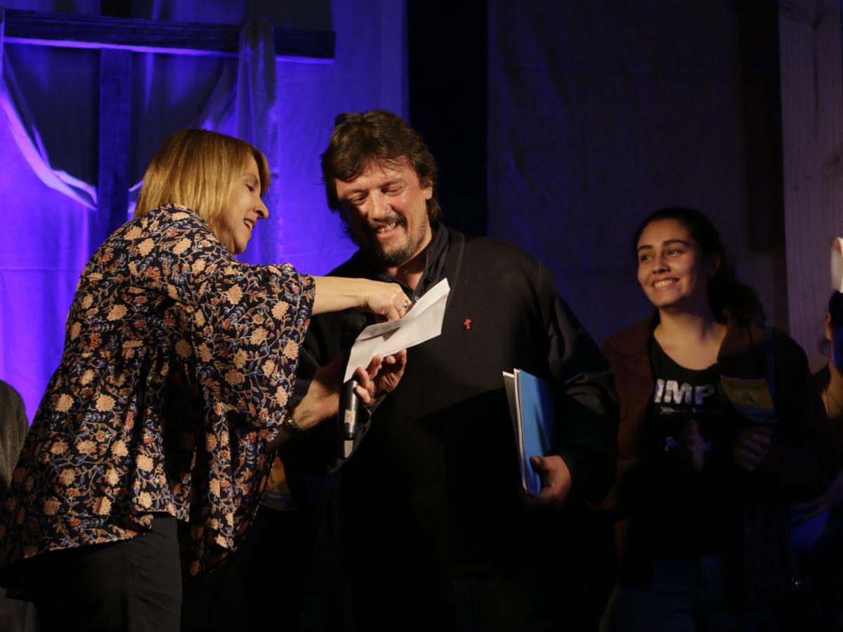 El diác. Miguel Zinola recibe el cheque /A. González