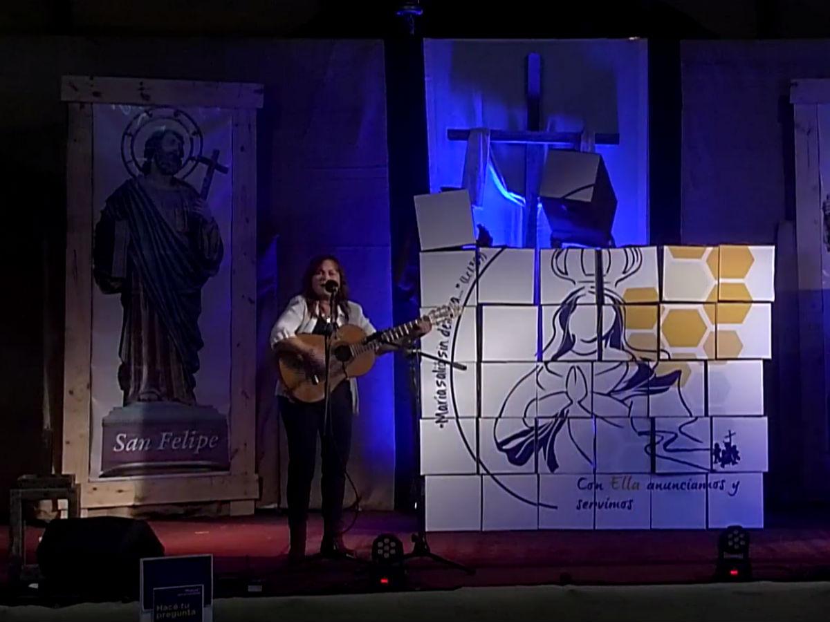 Marisabel Ricci interpreta el himno del Congreso Mariano, atrás se ve el logo