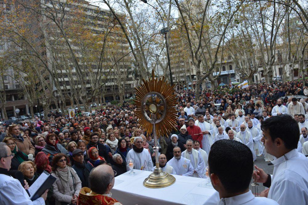 El Santísimo Sacramento en la puerta de la Catedral Metropolitana / Fuente: DECOS Montevideo