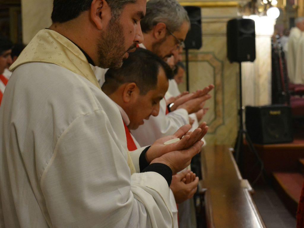 Sacerdotes antes de la comunión /C. Bellocq