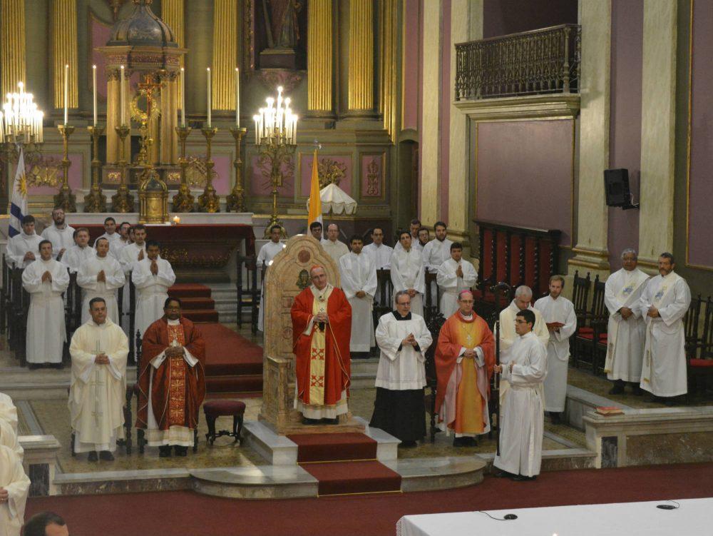 Acompañaron al Cardenal Daniel Sturla el Nuncio Mons. George Panikulam, Mons. Milton Tróccoli y cerca de 50 sacerdotes, además de diáconos y seminaristas /C. Bellocq