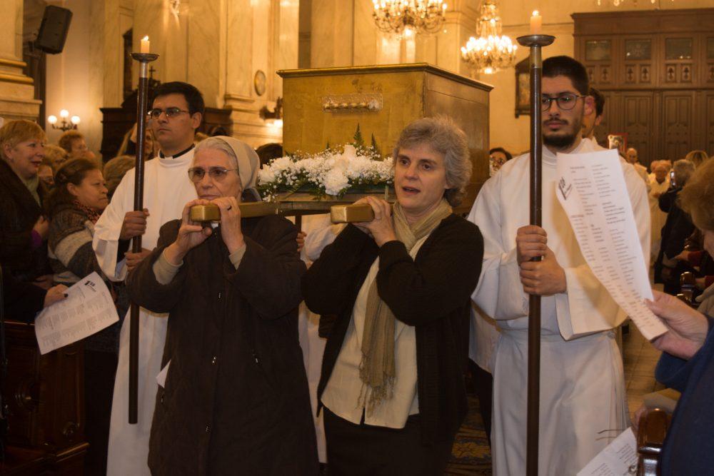 El traslado de la urna con los restos de la beata Francisca Rubatto al comienzo de la Eucaristía  / Fuente. Fabián Caffa