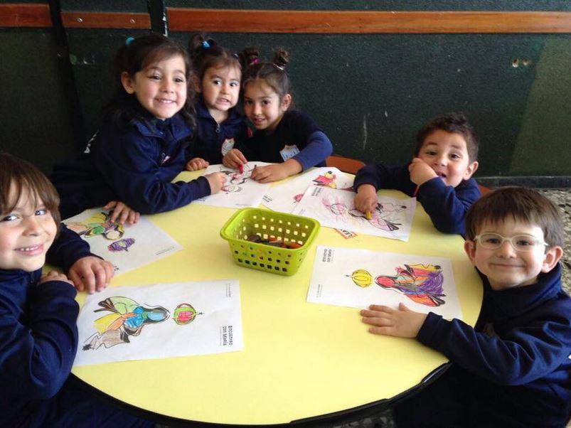Niños del Colegio Sagrada Familia pintaron dibujos de la Virgen María