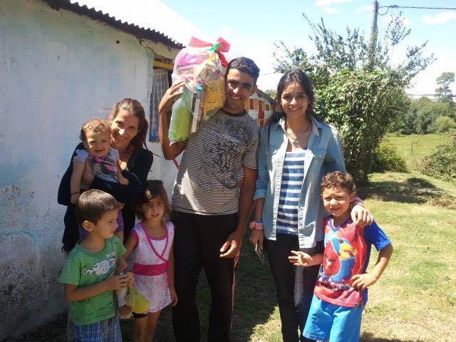 Los Jóvenes Nazarenos entregan canastas a las familias con las que hacen misiones en enero
