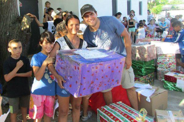 Una familia recibe una caja preparada por otra familia /Fb Old Christians Club