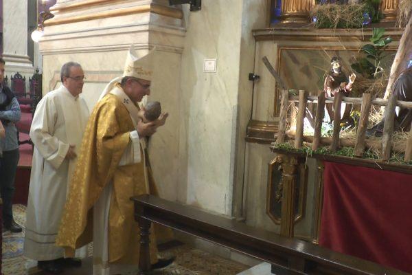 El Cardenal Sturla lleva al Niño al pesebre / Fuente: ICMtv