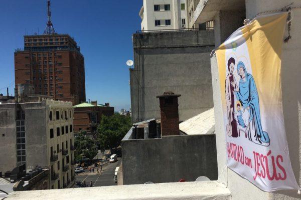 Una balconera en el centro de Montevideo, cerca de la Intendencia