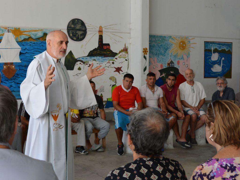 El P. Javier Galdona celebró Misa en el Módulo 14 /C. Bellocq
