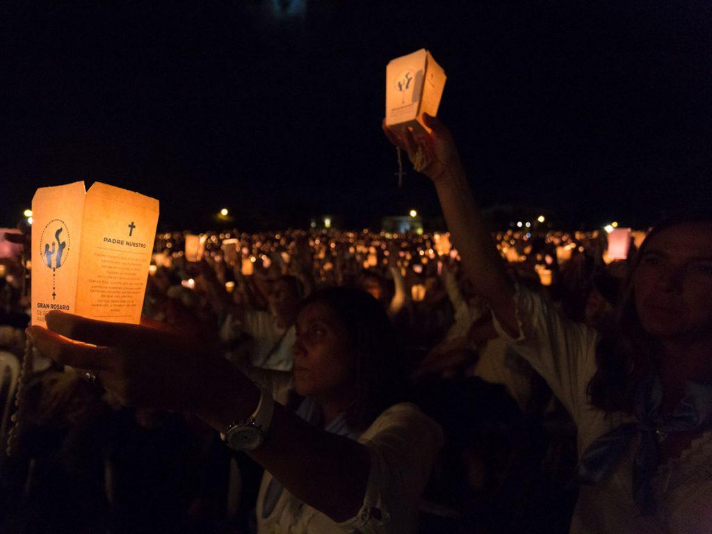 Los fieles tenían una vela, un rosario y un folleto donde explicaba cómo rezarlo /F. Gutiérrez