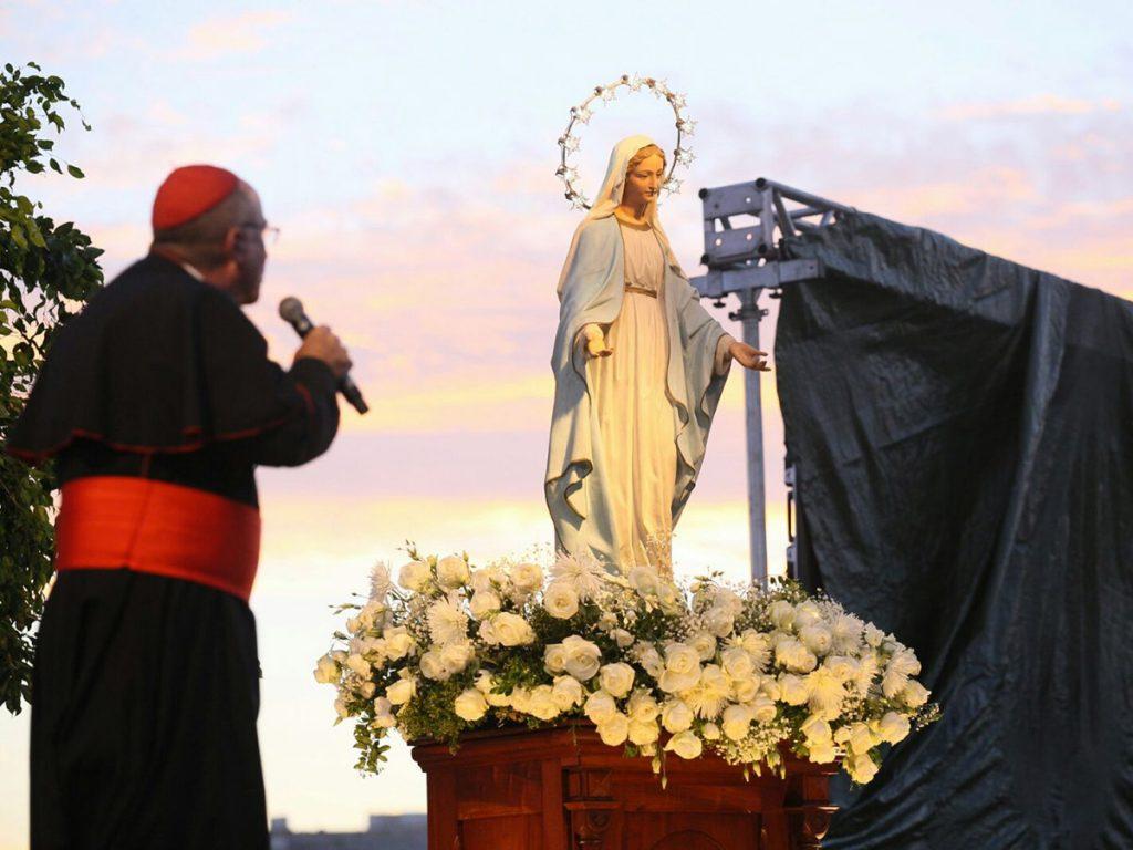 El Cardenal Sturla, la Virgen y el cielo del atardecer /F. Gutiérrez