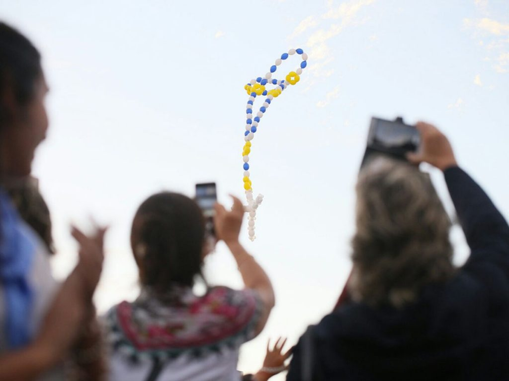 Un rosario de globos se elevó al cielo /F. Gutiérrez