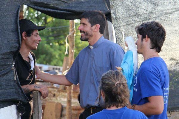 Visita a una familia durante la misión en el Cerro /Sociedad San Juan