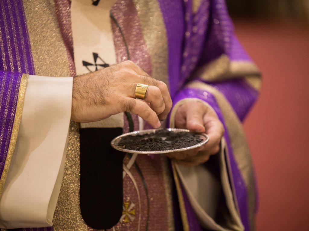 Las cenizas se hacen a partir de los ramos de olivos del Domingo de Ramos anterior /F. Gutiérrez