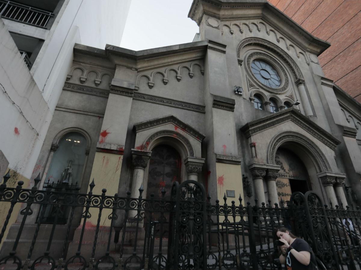 Hubo 20 impactos de pintura en la fachada del templo /G. De Luca