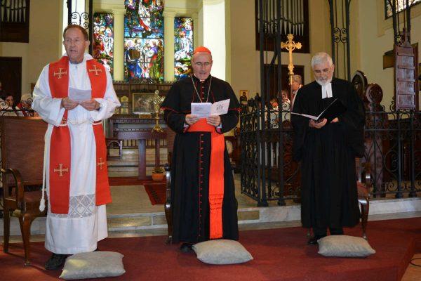 Vicario General David George, Card. Daniel Sturla y Pastor Jerónimo Granados en el Templo Inglés /C. Bellocq