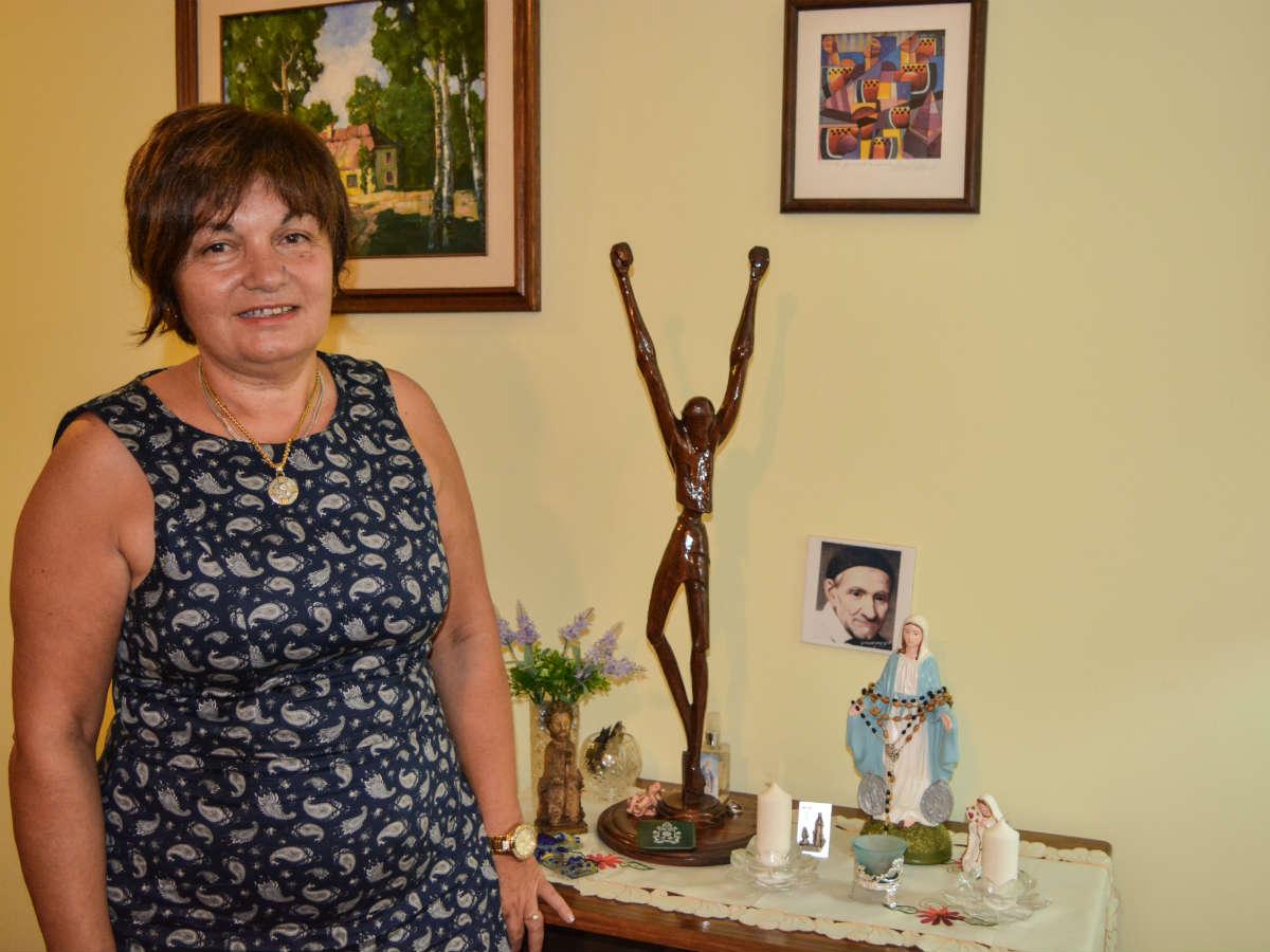 Margarita Hermida, en su casa con el Cristo de madera /C. Bellocq