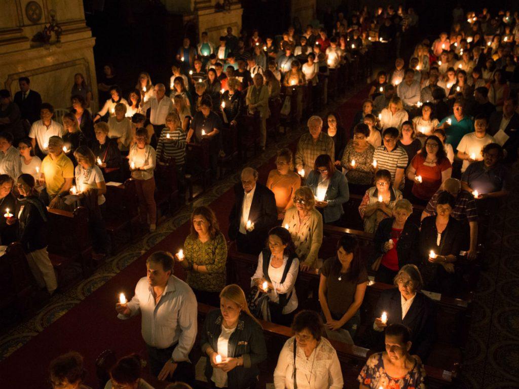 El templo está tenuemente iluminado con las velas de los fieles /F. Gutiérrez