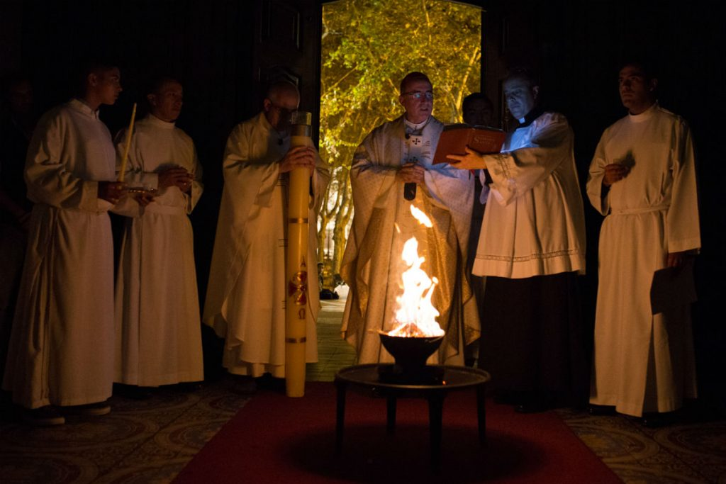 Liturgia de la luz, al comienzo de la Misa /F. Gutiérrez