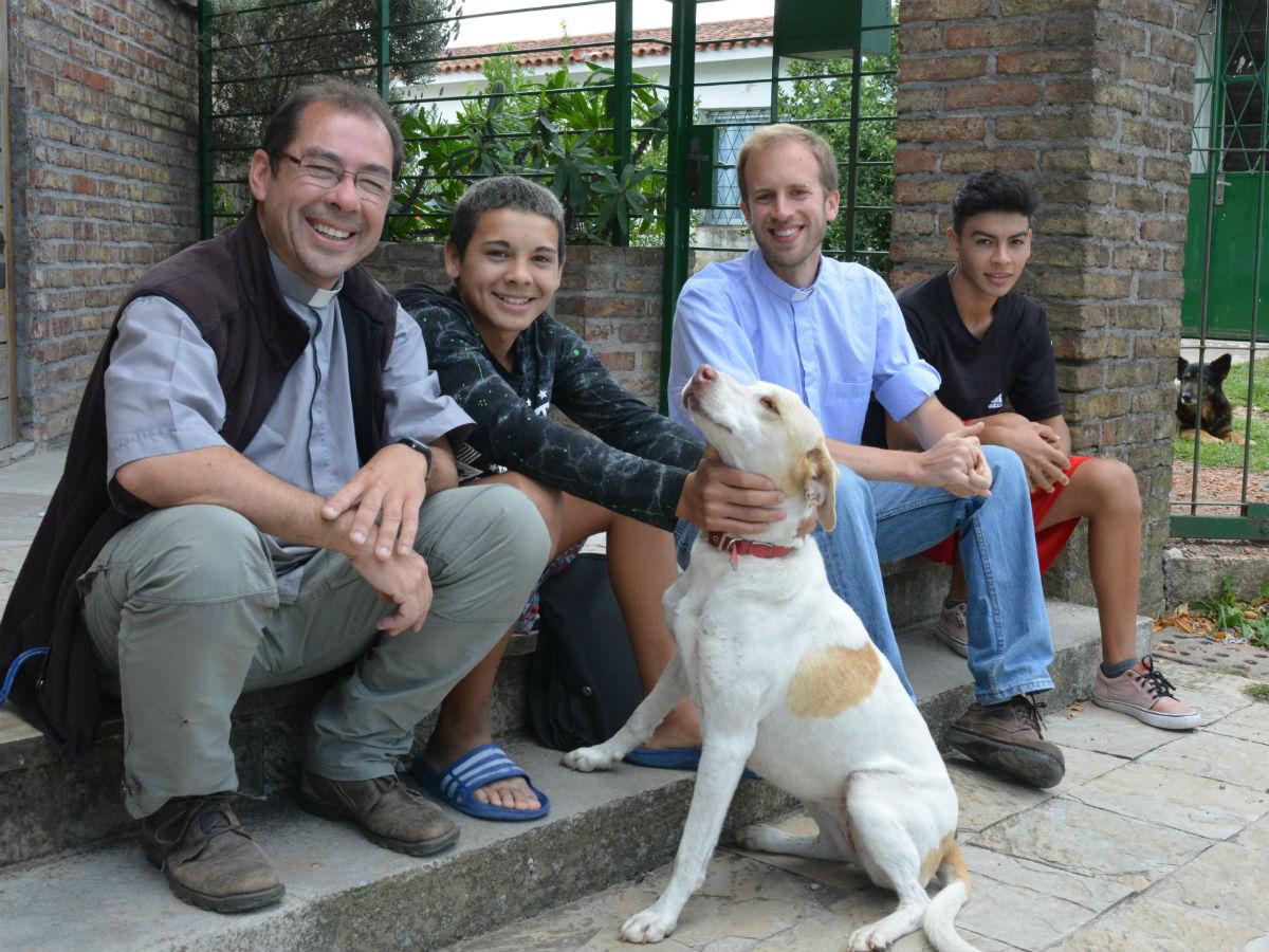 El P. Villalba y el Diác. Ferrés con dos jóvenes que acuden a la Parroquia. C. BELLOCQ