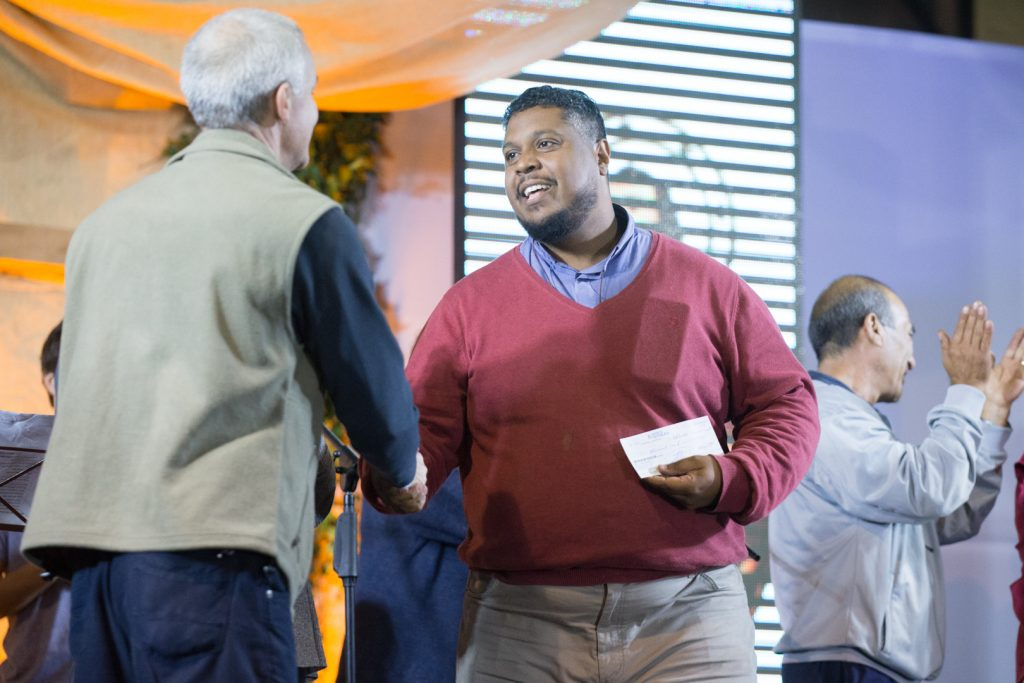 El P. Adriano recibe el cheque por parte del Vicario Pastoral, P. Daniel Kerber /F. Gutiérrez
