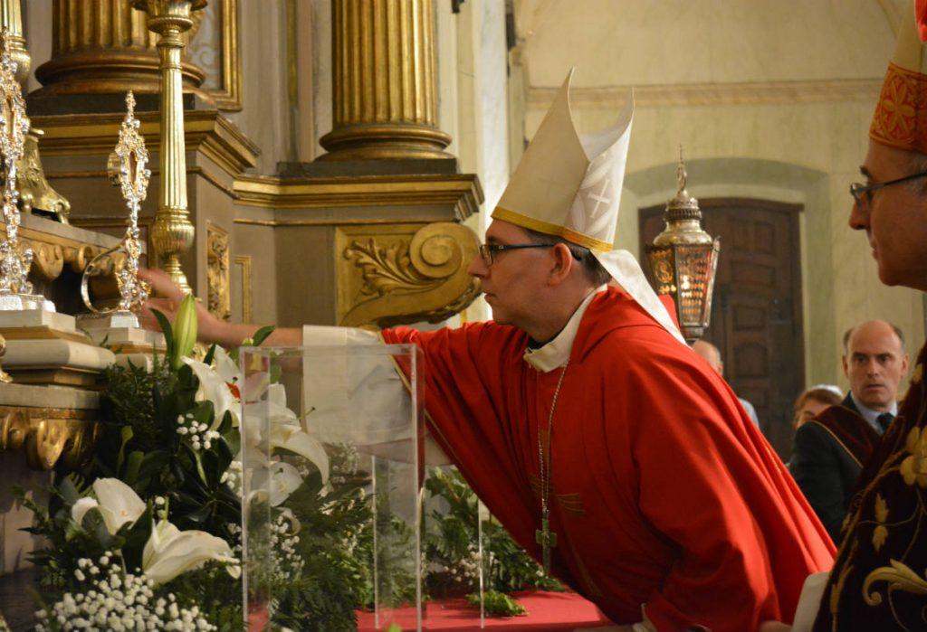 Mons. Milton Tróccoli ubica las reliquias de Santiago /C. Bellocq