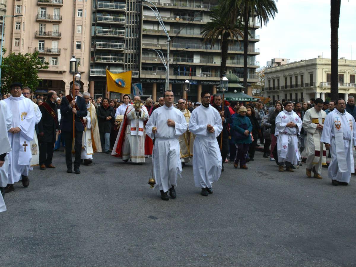 El Santísimo Sacramento recorrió las calles de Montevideo rodeado del cariño de miles de personas /C. Bellocq