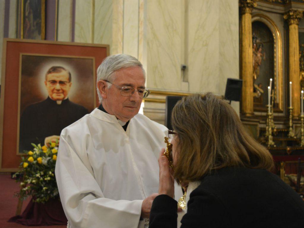 Una mujer venera la reliquia de San Josemaría /C. Bellocq