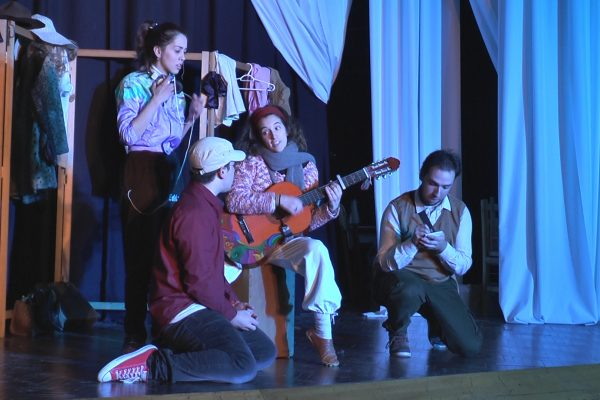 """Actores ensayando la obra """"Peras al naranjo""""/  Fuente: ICMtv"""