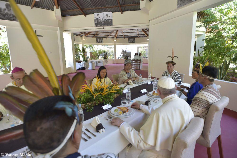 El Papa Francisco con representantes de las comunidades indígenas en puerto Maldonado, Perú/ Fuente: Vatican Media - CNA